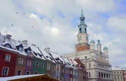 Schneebedeckter alter Marktplatz und Rathaus Stockbilder