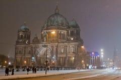 Schneebedeckter Berlin Cathedral, Deutschland stockfoto
