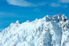 Schneebedeckter Felsen des Morgenwinters Stockfotografie