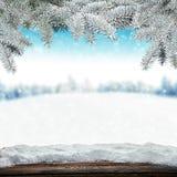 Schneebedeckter Hintergrund des Winters mit hölzernen Planken stockfotos