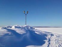 Schneebedeckter See in Karelien lizenzfreie stockfotografie
