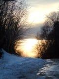 Schneebedeckter Sonnenuntergang des Straßenrands in Vermont lizenzfreies stockbild