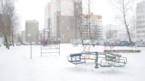 Schneebedeckter Spielplatz in der Stadt, Winter, Blizzard stock footage