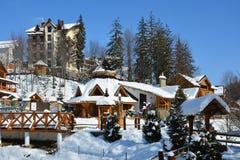 Schneebedeckter Stadtpark der Winterstadt auf klarem sonniger Tagesesprit Lizenzfreie Stockbilder