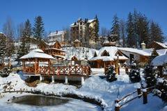 Schneebedeckter Stadtpark der Winterstadt auf klarem sonniger Tagesesprit Lizenzfreies Stockbild