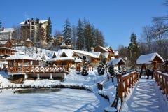Schneebedeckter Stadtpark der Winterstadt auf klarem sonniger Tagesesprit Lizenzfreie Stockfotografie