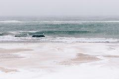 Schneebedeckter Strand während Schneefälle, Meerblick Stockfotografie