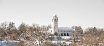 Schneebedeckter Tag des kalten Winters mit Bäumen und Depot Stockfoto