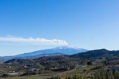 Schneebedeckter Vulkan Ätnas, Ansicht von Troina stockbild