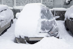 Schneebedecktes Auto im Parkplatz Lizenzfreies Stockfoto