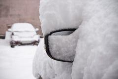 Schneebedecktes Auto im Parkplatz Stockbilder