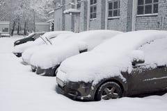 Schneebedecktes Auto im Parkplatz Lizenzfreies Stockbild