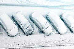 Schneebedecktes Auto im Parkplatz Städtische Szene Nach einem Schneesturm Säubern Sie Automobil vom Schnee Lizenzfreies Stockbild
