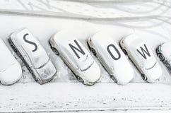 Schneebedecktes Auto im Parkplatz Städtische Szene Nach einem Schneesturm Säubern Sie Automobil vom Wortschnee Stockfotos