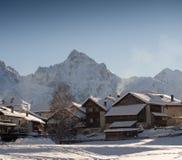 Schneebedecktes Bergdorf Stockfotografie