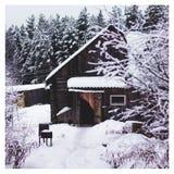 Schneebedecktes Dorf des Winters in Russland lizenzfreie stockfotografie