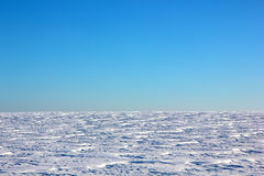 Schneebedecktes Feld des Winters lizenzfreies stockfoto
