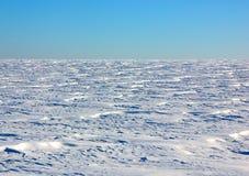 Schneebedecktes Feld des Winters Stockfotografie