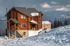 Schneebedecktes Häuschen in den Bergen Stockbild