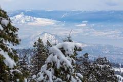 Schneebedecktes Okanagan-Tal und West-Kelowna von oben lizenzfreies stockbild