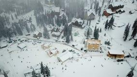 Schneebedecktes Skiort in den Bergen mit Weihnachtsbäumen stock footage