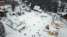 Schneebedecktes Skiort in den Bergen mit Weihnachtsbäumen stock video footage