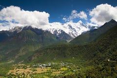 Schneeberg über dem Dorf Lizenzfreie Stockfotografie
