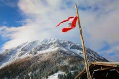 Schneeberg mit einer österreichischen Flagge im Vordergrund Stockfotografie