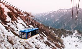 Schneeberg und Tateyama-Drahtseilbahn in Tateyama Kurobe alpinem Ro lizenzfreies stockbild