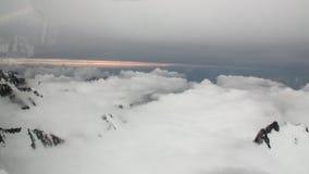 Schneeberg und weiße Wolkenansicht vom Hubschrauber in Neuseeland stock video