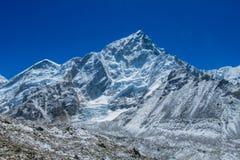 Schneebergblick am Trekking EBC niedrigen Lagers Everest in Nepal lizenzfreie stockfotografie