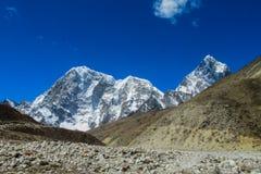 Schneebergblick am Trekking EBC niedrigen Lagers Everest in Nepal lizenzfreies stockfoto