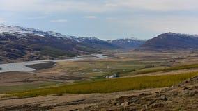 Schneeberge hinter dem Fluss in Island Lizenzfreies Stockbild