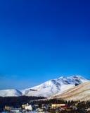 Schneeberge und -himmel nehmen in Nagano, Japan Zuflucht Stockfotos