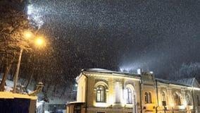 Schneeblizzard in der Nachtstadt Stockfotografie