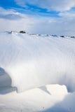 Schneedüne in einem Abzugsgraben Stockbild