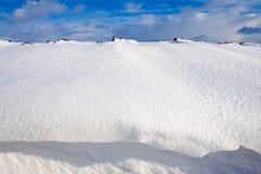 Schneedüne in einem Abzugsgraben Stockbilder