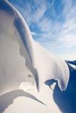 Schneedüne in einem Abzugsgraben Lizenzfreie Stockbilder