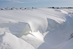 Schneedüne in einem Abzugsgraben Stockfotografie