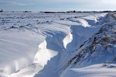 Schneedüne in einem Abzugsgraben Lizenzfreies Stockbild