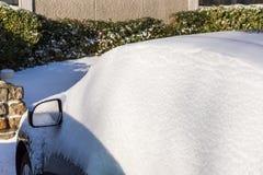 Schneedeckeauto nach Schneesturm Stockbild