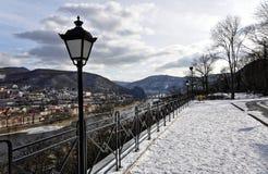 Schneedecken das Land nahe dem freezed Fluss Lizenzfreie Stockfotografie