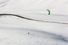 Schneedrachen im Pulverschnee in Passo Giau, hoher alpiner Durchlauf nahe Cortina d'Ampezzo, Dolomit, Italien lizenzfreie stockfotos