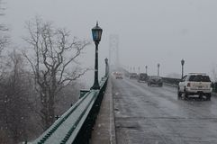 Schneefälle über Berg-Hoffnungs-Brücke Stockfotografie