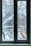 Schneefälle außerhalb des Fensters lizenzfreies stockfoto