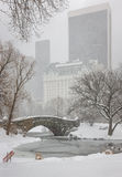 Schneefälle auf Central Park Gapstow-Brücke und dem Teich Lizenzfreies Stockfoto