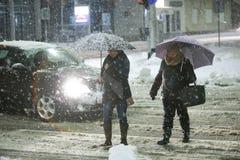 Schneefälle auf den Straßen von Velika Gorica, Kroatien Lizenzfreie Stockfotos