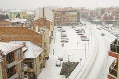 Schneefälle auf der Hauptstraße von Pomorie in Bulgarien Lizenzfreie Stockbilder