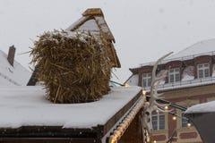 Schneefälle auf Weihnachtsmarkt in der Einführung Dezember Stockbilder