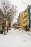Schneefälle in der Beitragsstraße in Pomorie, Bulgarien Stockbild